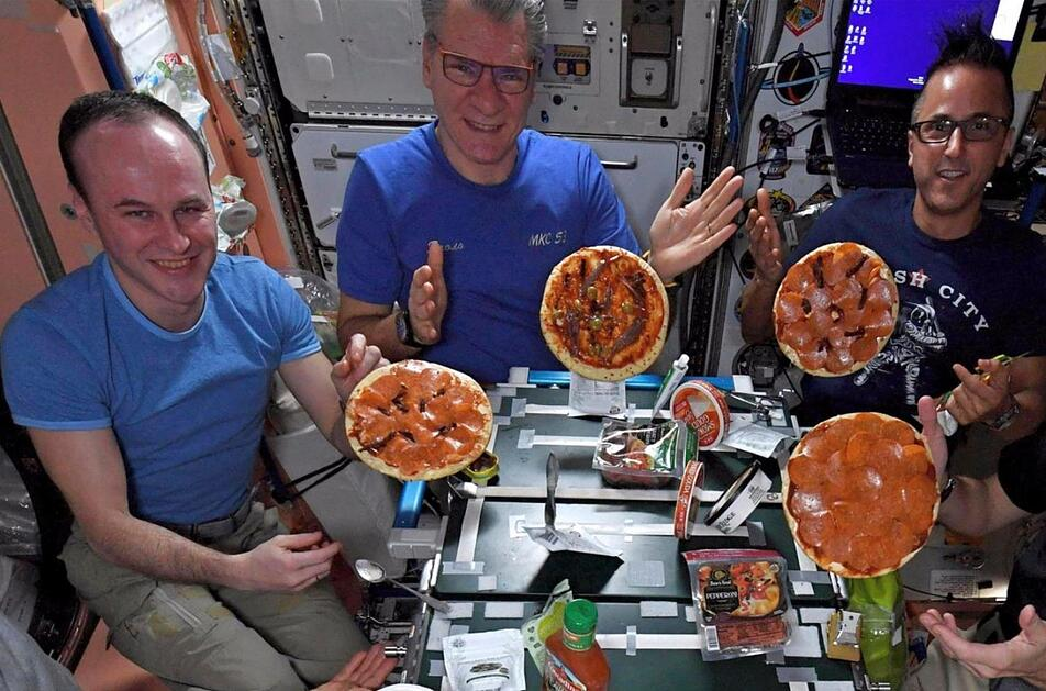 Pizza-Party auf der ISS. Foto: Uncredited/NASA/AP/dpa
